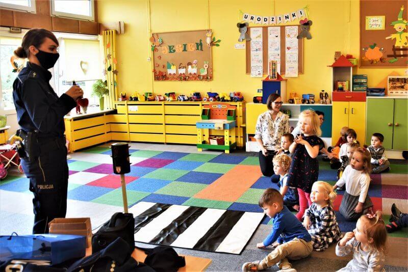 Spotkanie przedszkolaków zpolicjantkami